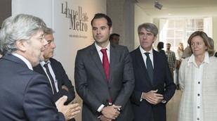El vicepresidente Ignacio Aguado y el consejero de Transportes, Ángel Garrido, en la inauguración de la exposición 'La huella en el tiempo' en el Museo ABC.