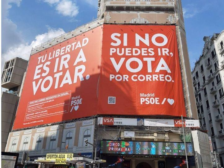 El PSOE retira la lona de Callao y la cambia por otra en la que llama a votar
