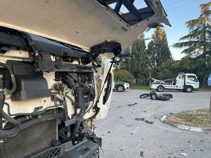 Fallece un motorista de 62 años tras chocar contra un camión en Alcalá de Henares