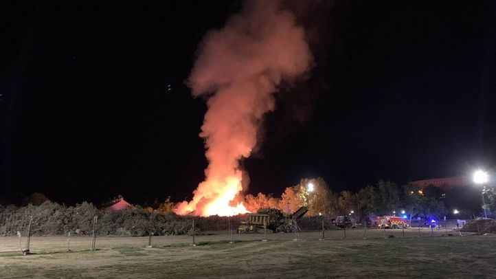 Bomberos extinguen un incendio en Villaviciosa de Odón provocado por el amontonamiento de restos de vegetación