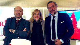 Constantino Mediavilla y Nieves Herrero junto al entrevistado Ángel Asensio, presidente de la Cámara de Comercio de Madrid