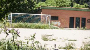 Campo de fútbol de tierra en Madrid.
