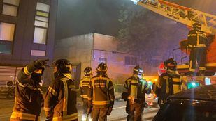 16 dotaciones de Bomberos trabajan para extinguir un incendio en una nave en Vallecas