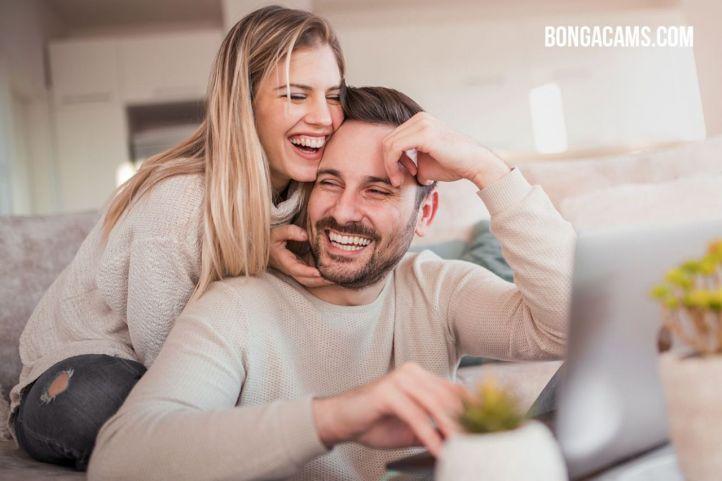 Una periodista realizó un experimento: se registró en el sitio de cámaras web BongaCams y ¡ganó 800 euros!
