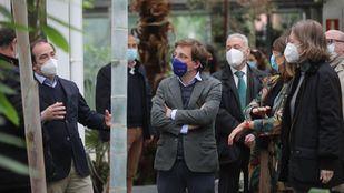 El alcalde, José Luis Martínez-Almeida, y el delegado de Medio Ambiente y Movilidad, Borja Carabante, visitan el Invernadero del Palacio de Cristal de Madrid Río.