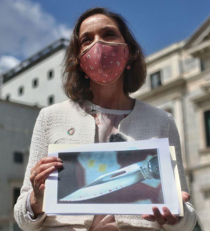 La ministra de Industria, Comercio y Turismo, Reyes Maroto, muestra una fotografía de la navaja que ha recibido en un sobre
