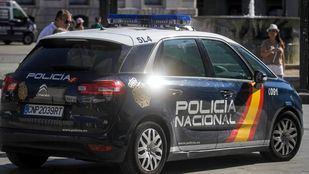 Un policía salva la vida a un niño de dos años tras caerse de un columpio