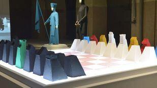 Sumergirse en la obra de Mabi Revuelta a través de una partida de ajedrez