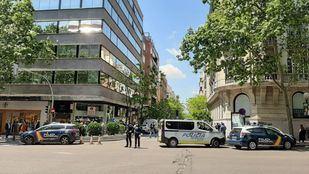 Cortada la calle Ayala desde Velázquez por el tiroteo que ha tenido lugar en la joyería.