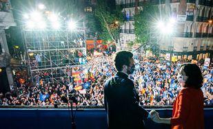 El Partido Popular celebra la noche electoral en el balcón de Génova.