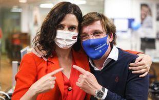 Isabel Díaz Ayuso sigue el escrutinio de votos en la sede del PP en la calle Génova