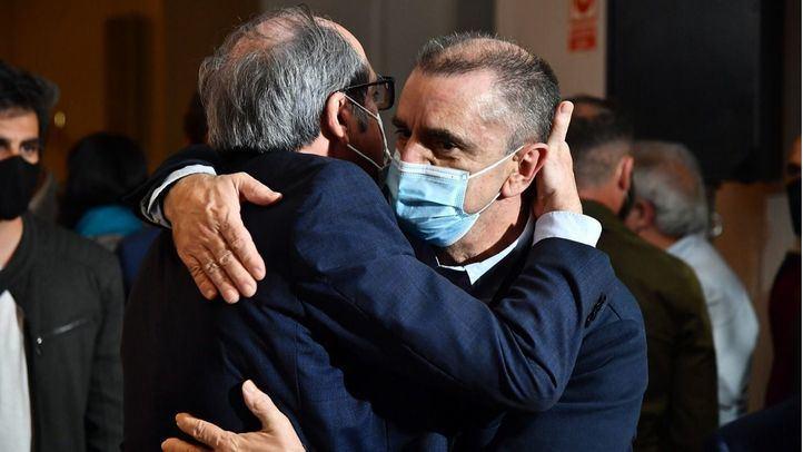 Ángel Gabilondo tras conocer el resultado electoral abrazado a José Manuel Franco