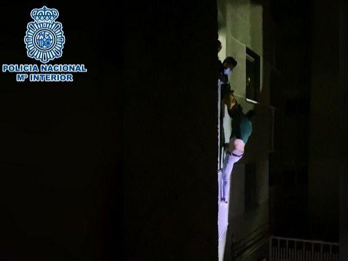 Un hombre, detenido tras intentar tirarse por una ventana después de agredir a su pareja