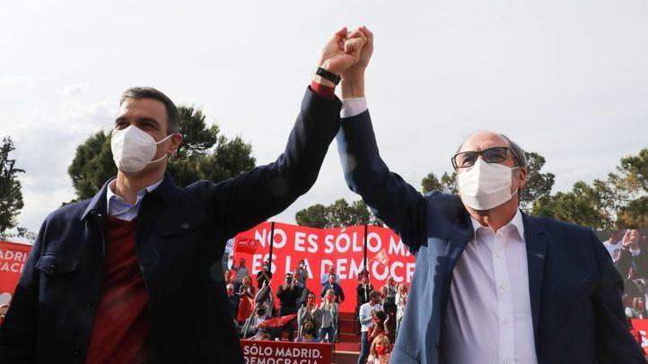 Ángel Gabilondo, candidato del PSOE a la presidencia de la Comunidad de Madrid, junto a Pedro Sánchez, presidente del Gobierno y secretario general del PSOE, en el acto de cierre de campaña