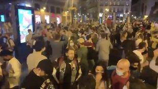 Multitud de personas celebran en Madrid el fin del estado de alarma