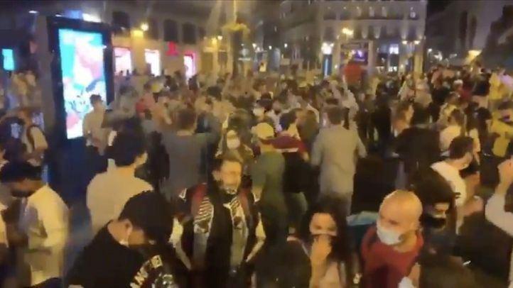 Cientos de personas se congregan en la Puerta del Sol para celebrar el fin del estado de alarma