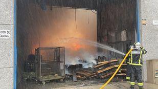 Un incendio calcina el interior de una nave en Fuenlabrada
