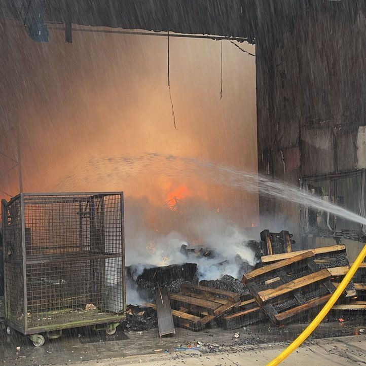 Controlado un aparatoso incendio en una nave industrial en Fuenlabrada
