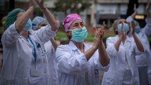 Una enfermera de la clínica Girona se emociona durante los minutos de aplausos que les dedican los vecinos a diario, desde que comenzó la pandemia, a las ocho de la tarde, como agradecimiento y reconocimiento a la gran labor que desempeña el personal