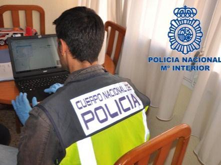 Agente de la Policía Nacional investigando un caso