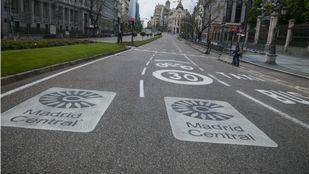 Marcas en la carretera que anuncian la entrada a Madrid Central