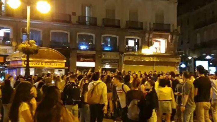 Cientos de personas celebran en Sol el fin del estado de alarma