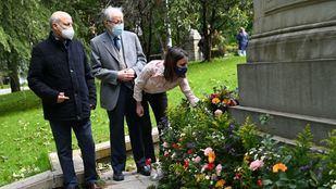 Una ofrenda floral recuerda el centenario del fallecimiento de Emilia Pardo Bazán