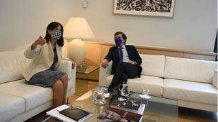 Almeida y Mercedes González se enzarzan tras su primera reunión: