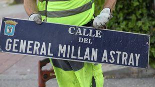 En la imagen, un operario descuelga la placa de la calle dedicada a Millán Astray