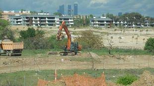 Terrenos del desarrollo urbanístico de La Finca. Imagen desde Metro Ligero. En primer plano, los límites del Retamares entre alambradas. Los edificios del fondo, levantados en fecha reciente a lo largo de la Vereda de la Carrera.