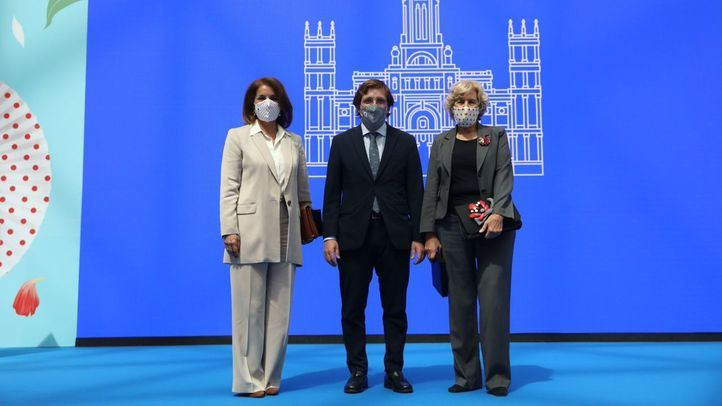 Botella y Carmena salen con 'honores' de Cibeles tras premiarse la pluralidad política
