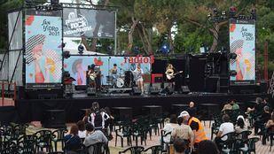 Componentes del grupo Rayo actúan tras conocer que han sido una de las ganadoras en la 41ª edición de los Premios Rock Villa de Madrid en las Fiestas de San Isidro