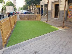 Una terraza ocupa varias plazas de aparcamiento en la calle Gaztambide