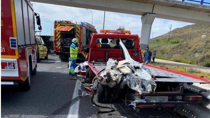 Heridas tres personas en un accidente de tráfico con una grúa en la A-4