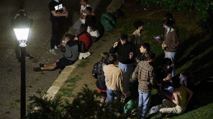 Varios jóvenes se concentran en el Parque de las Vistillas, uno de los lugares típicos de reunión en las fiestas de San Isidro