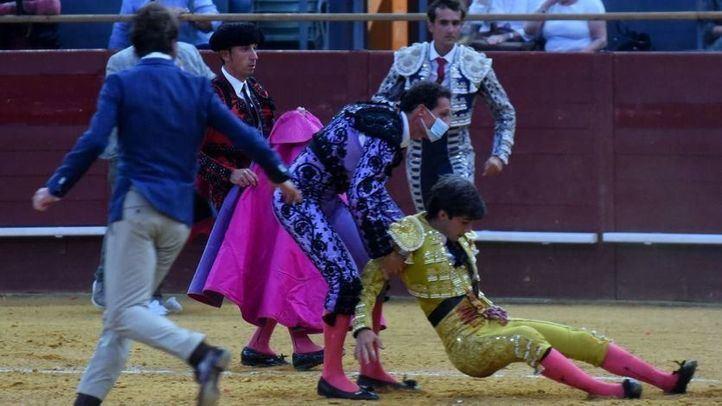 Perera es recogido por sus peones y su apoderado Juan José Padilla, de paisano, tras la gravísima cornada.