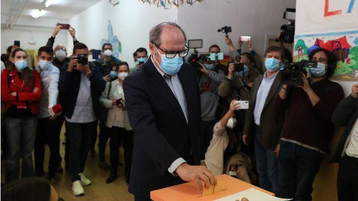 El candidato a la Presidencia por el PSOE, Ángel Gabilondo, depositando su voto en las anteriores elecciones