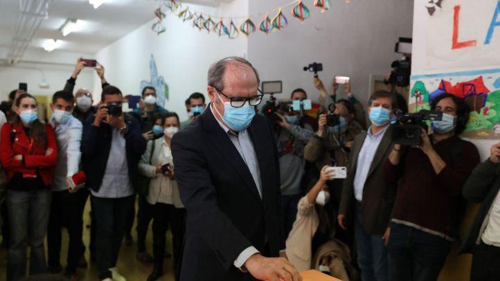 El candidato a la Presidencia por el PSOE, Ángel Gabilondo, ha acudido a votar