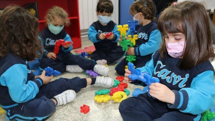 Alumnos de Colegio Privado Internacional Eurocolegio Casvi en un aula con juegos educativos.