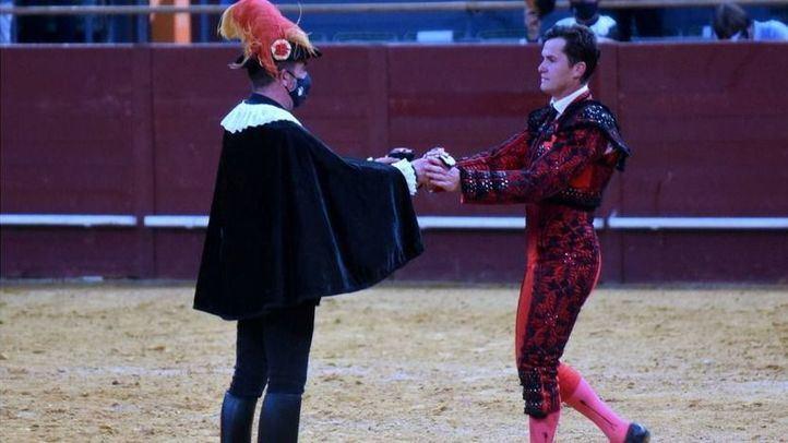 Daniel Luque recibe del alguacilillo las dos orejas que cortó al último toro del festejo