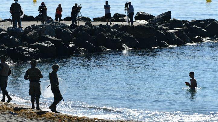 Militares del ejército español vigilan desde la playa la llegada de migrantes procedentes de Marruecos, a 19 de mayo de 2021, en Ceuta, (España)