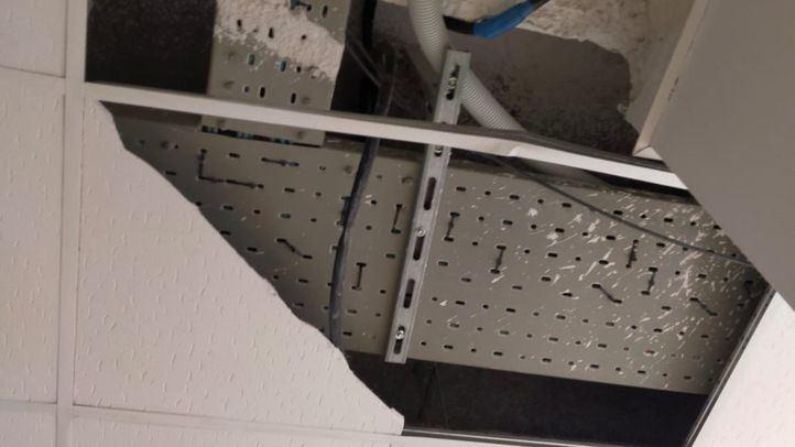 El Gobierno municipal vuelve a evidenciar una grave negligencia ante el desprendimiento de parte del falso techo del CEIP Carlos III sobre una trabajadora