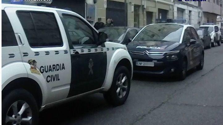 Vehículos de la Guardia Civíl y la Policía Nacional durante uno de los registros