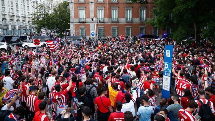 Los aficionados del Atlético de Madrid celebran en Neptuno el título de la Liga