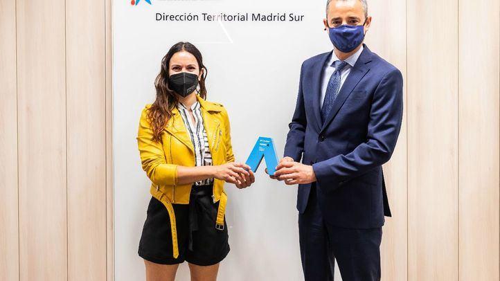 Alba Cantero, ganadora Premio Mujer Autónoma CaixaBank DT Madrid Sur junto con Juan Luis Vidal, director territorial CaixaBank Madrid Sur