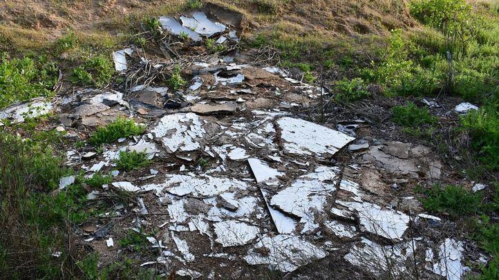 Escombros y residuos en el Arroyo Valdecarrizo, en Tres Cantos