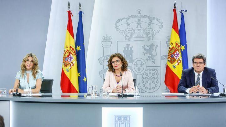 Comparecencia de los dos ministros implicados en el acuerdo, junto con la ministra portavoz, tras el Consejo de Ministros