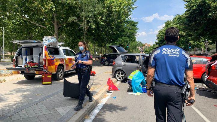 Efectivos del Samur y de la Policía Municipal en el lugar del accidente