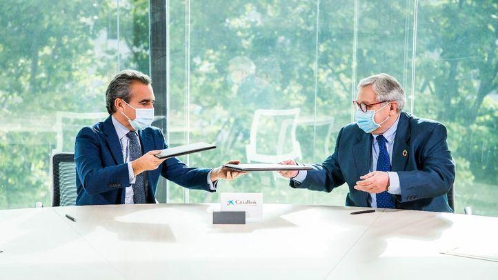 El director territorial Madrid Metropolitana de CaixaBank, Rafael Herrador; y el director de la Feria del Libro de Madrid, Manuel Gil.