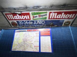 Hallan anuncios de los noventa ocultos tras paneles durante las obras del Metro de Cuatro Caminos